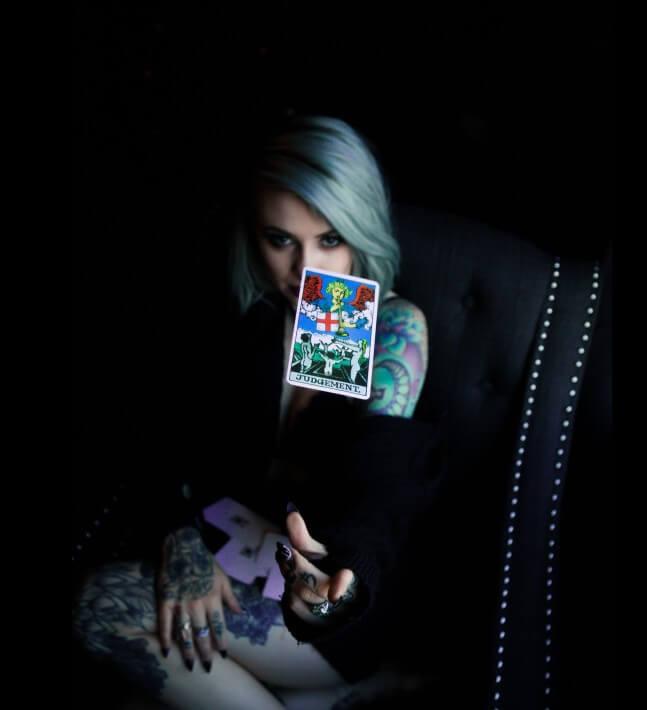 mujer tirando cartas tarot